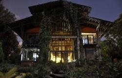 Fachada nocturnaFuente Casa Jardin Zen Fanpage Facebook 1